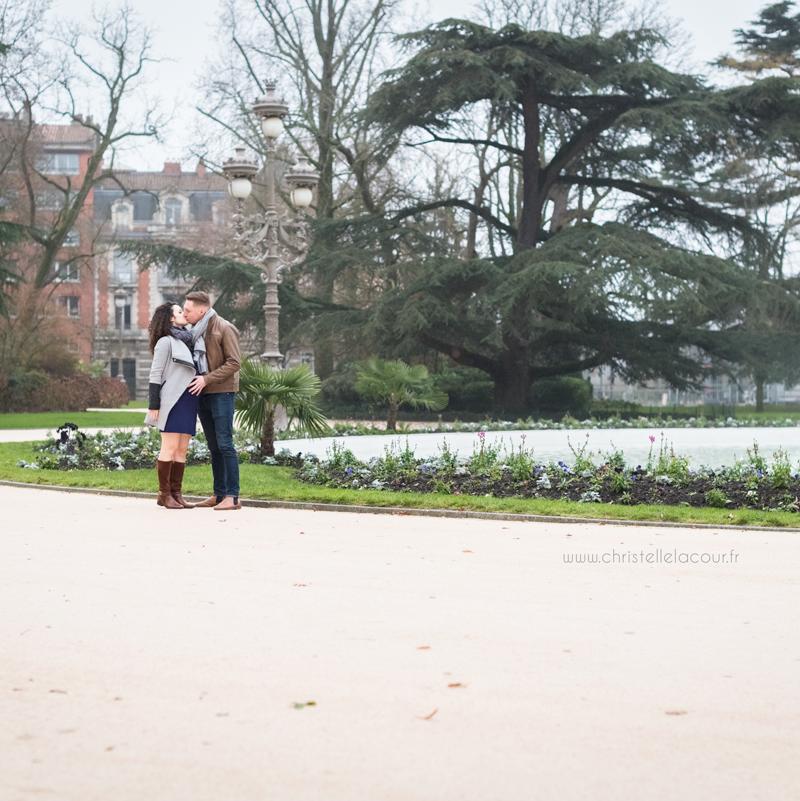 Séance grossesse d'hiver en extérieur à Toulouse au Grand Rond, photo de couple