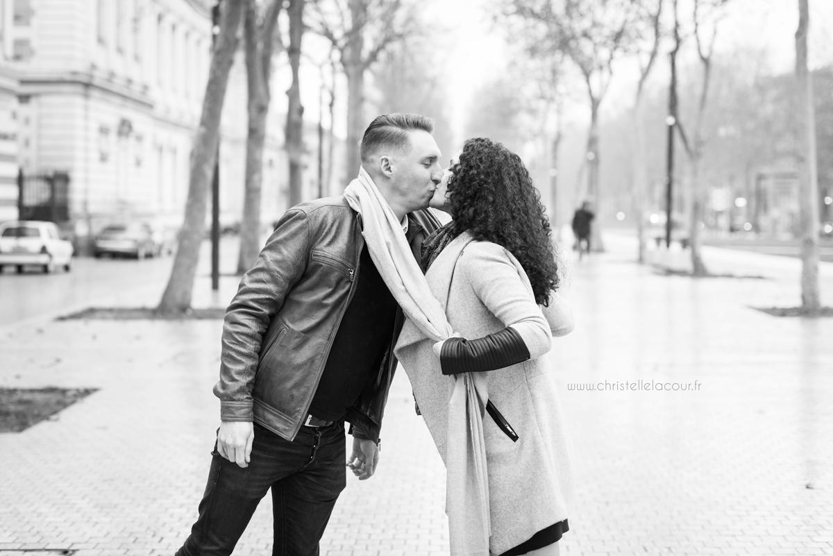 Séance grossesse d'hiver en extérieur à Toulouse, futurs parents joyeux