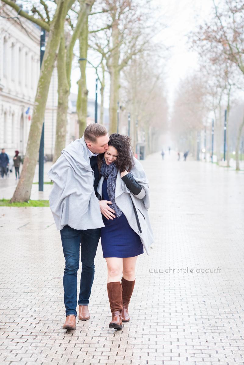 Séance grossesse d'hiver en extérieur à Toulouse au Grand Rond, photo de couple joyeux