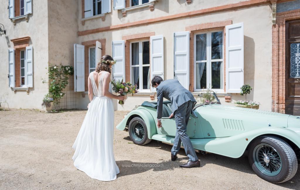 Mariage au château de Calaoué dans le Gers - entrée principale et voiture ancienne