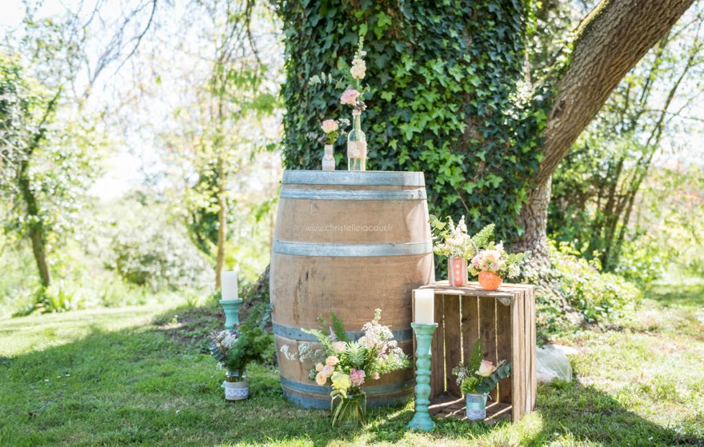 Mariage au château de Calaoué dans le Gers - tonneau et coin cérémonie