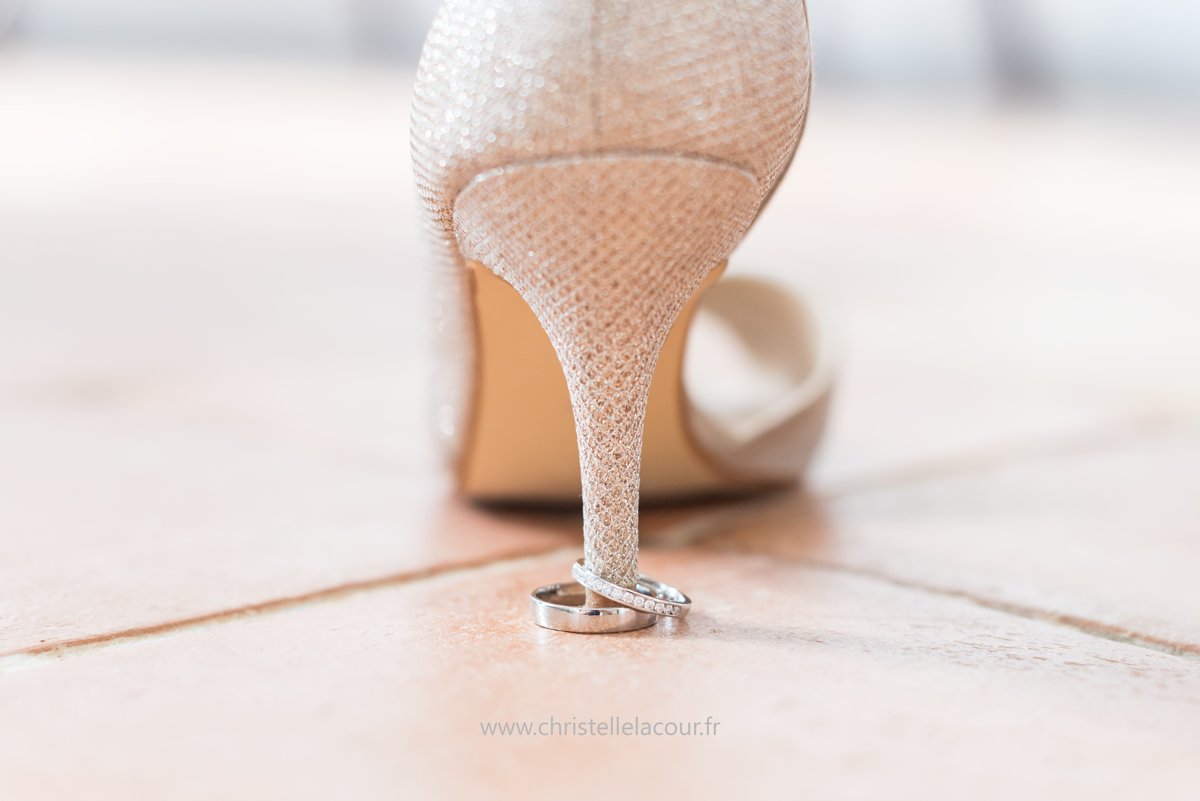 Mariage au château des Varennes près de Toulouse, les alliances et les escarpins de la mariée