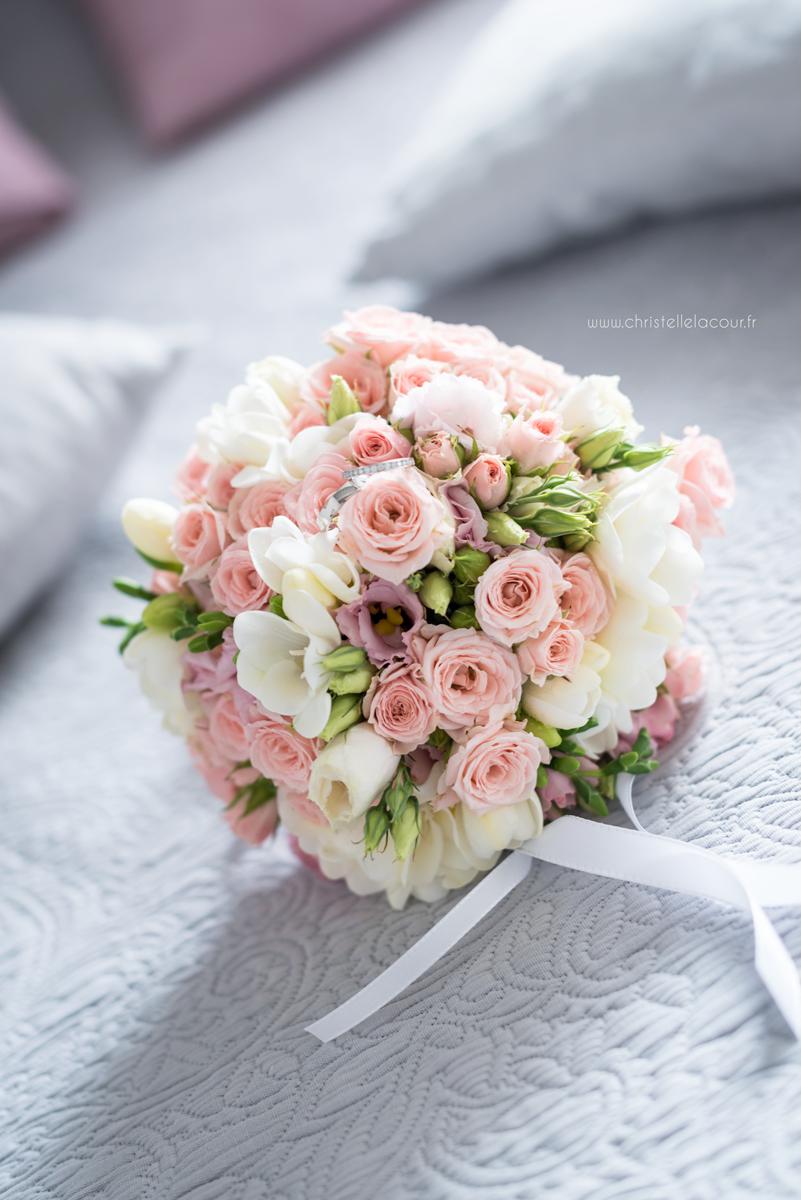 Mariage au château des Varennes près de Toulouse, les alliances sur le bouquet chic et rose pâle de la mariée