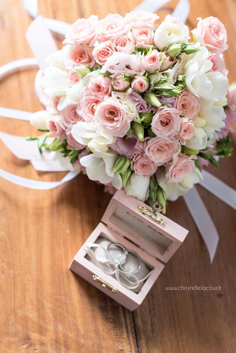 Mariage au château des Varennes près de Toulouse, le bouquet chic et rose pâle et les alliances