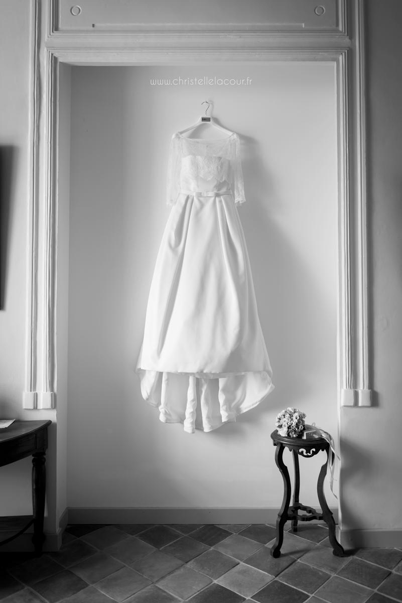 Mariage au château des Varennes près de Toulouse, la robe de la mariée suspendue
