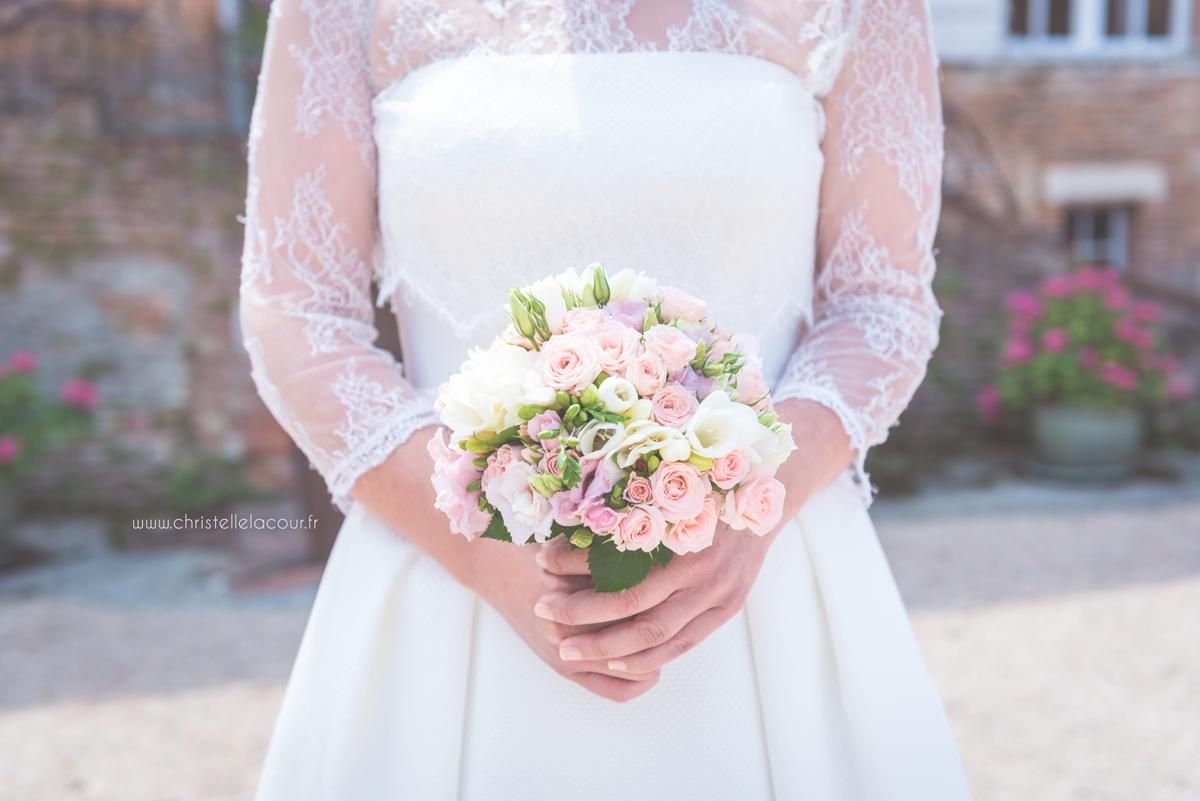 Mariage au château des Varennes près de Toulouse, le bouquet chic et rose pâle