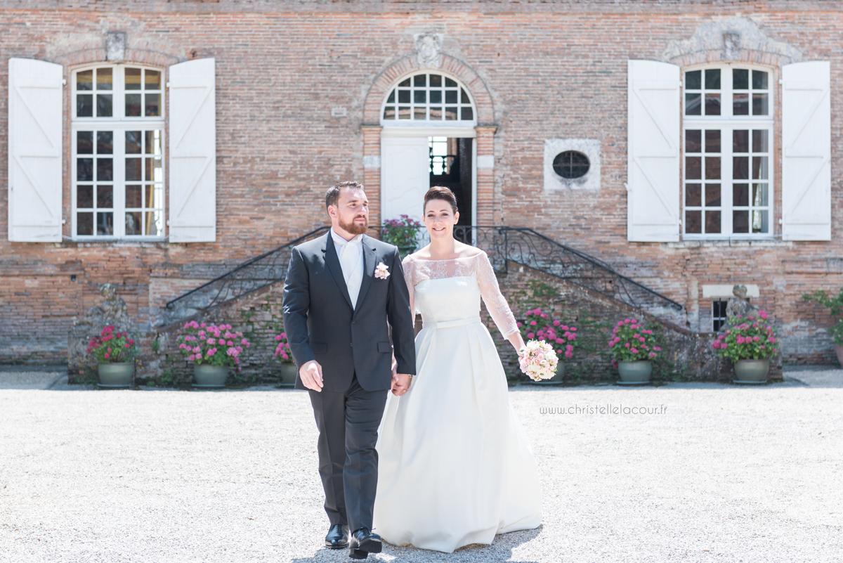 Mariage au château des Varennes près de Toulouse, les mariés devant le château