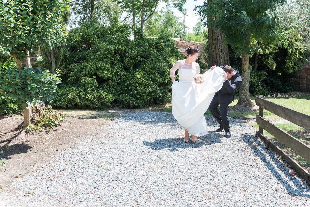 Mariage au château des Varennes près de Toulouse, regard furtif sous la robe de mariée