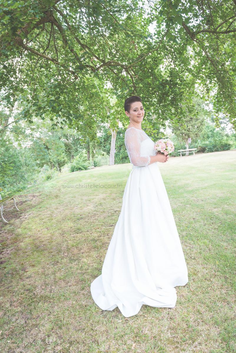 Mariage au château des Varennes près de Toulouse, la robe de la mariée dans le parc du château