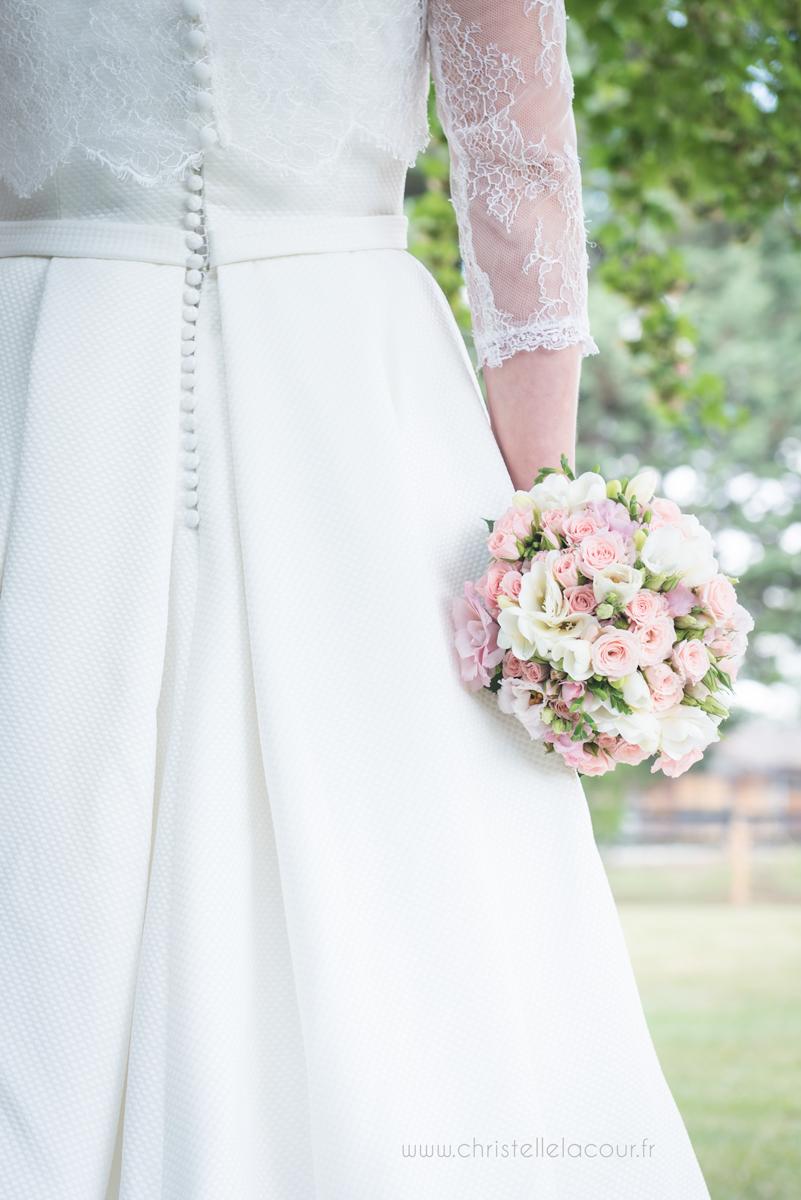 Mariage au château des Varennes près de Toulouse, la robe de la mariée et le bouquet dans le parc du château