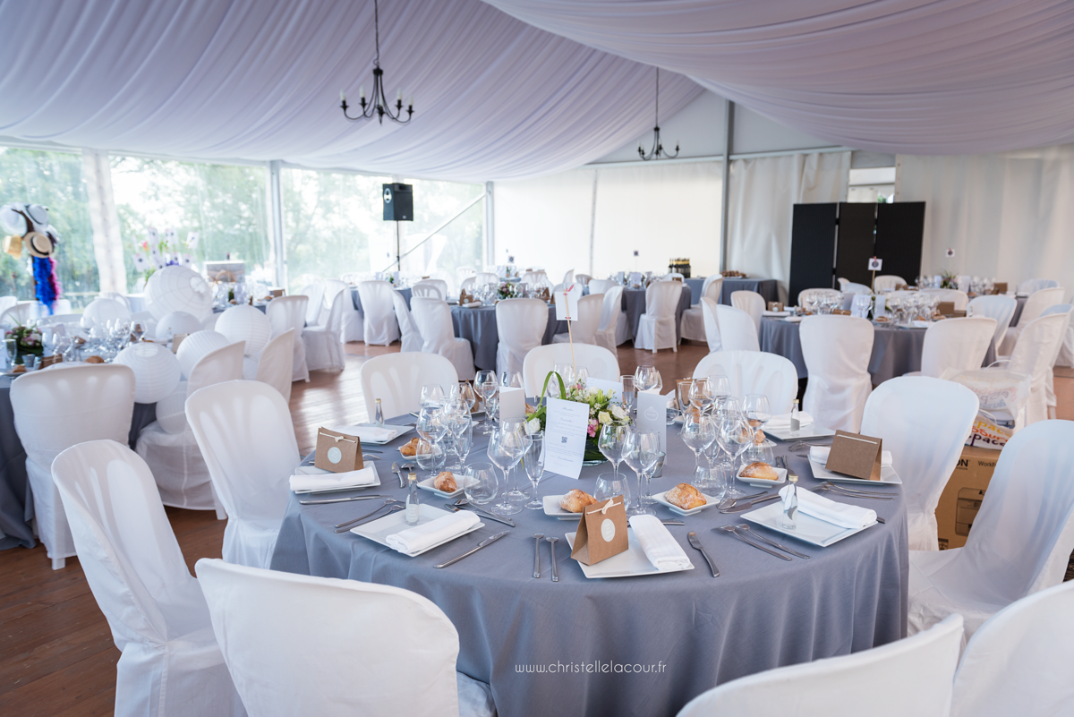 Mariage au château des Varennes près de Toulouse, la salle du repas en parquet, décoration en gris et blanc sous la tente