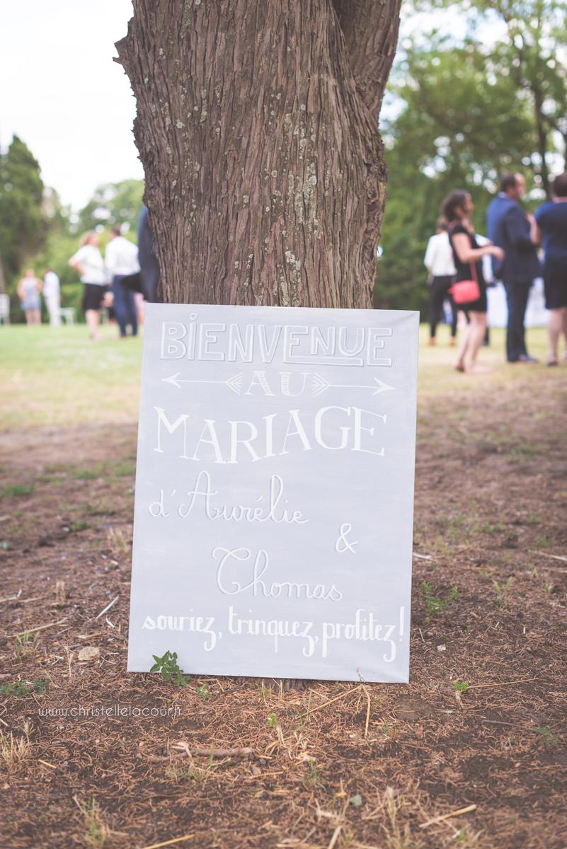 Mariage au château des Varennes près de Toulouse, panneau de bienvenue aux invités dans le parc du château