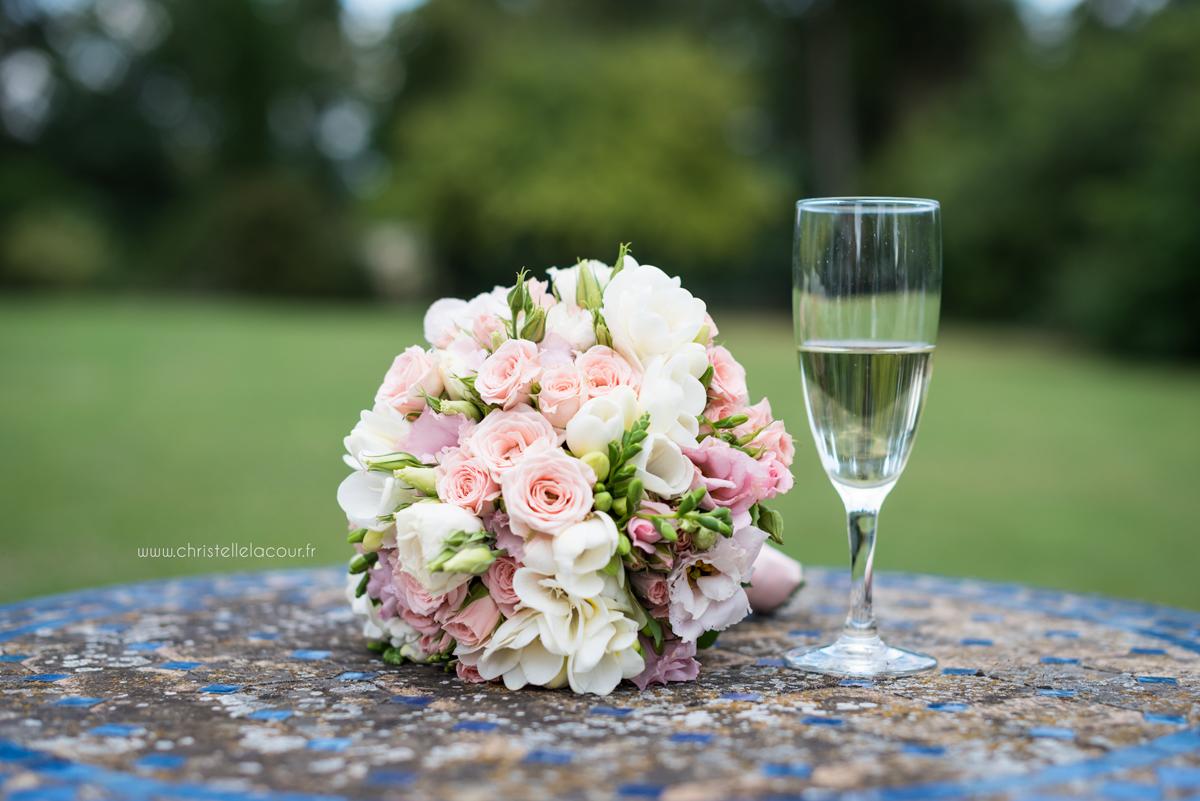 Mariage au château des Varennes près de Toulouse, vin d'honneur détendu dans le parc du château et le bouquet chic et rose pâle de la mariée