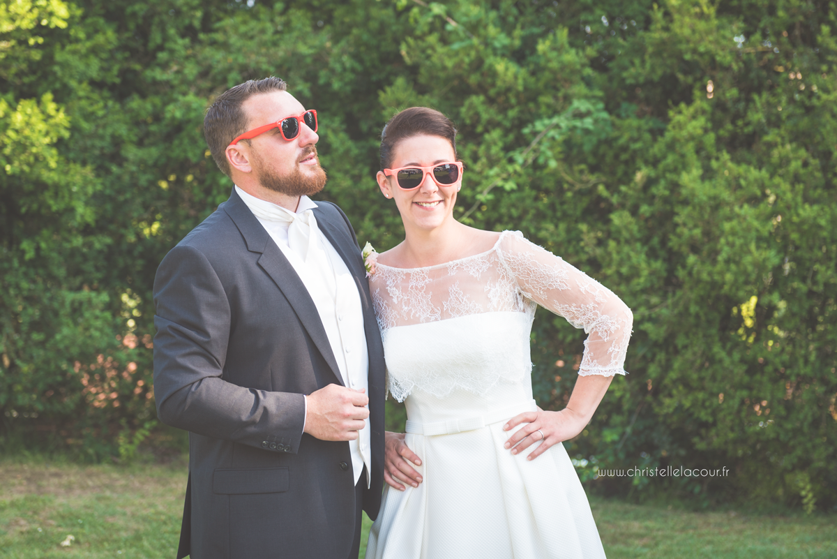 Mariage au château des Varennes près de Toulouse, vin d'honneur détendu et lunettes colorées dans le parc du château