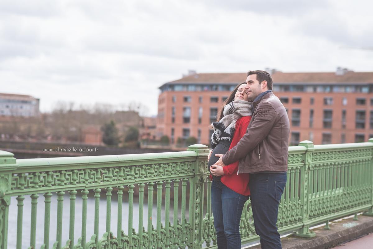 Photographe de grossesse au centre ville de Toulouse, deux futurs parents amoureux sur les berges de la Garonne