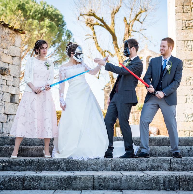 Les mariés et leurs témoins, le combat Star Wars - mariage geek au Château de Cas Tarn-et-Garonne