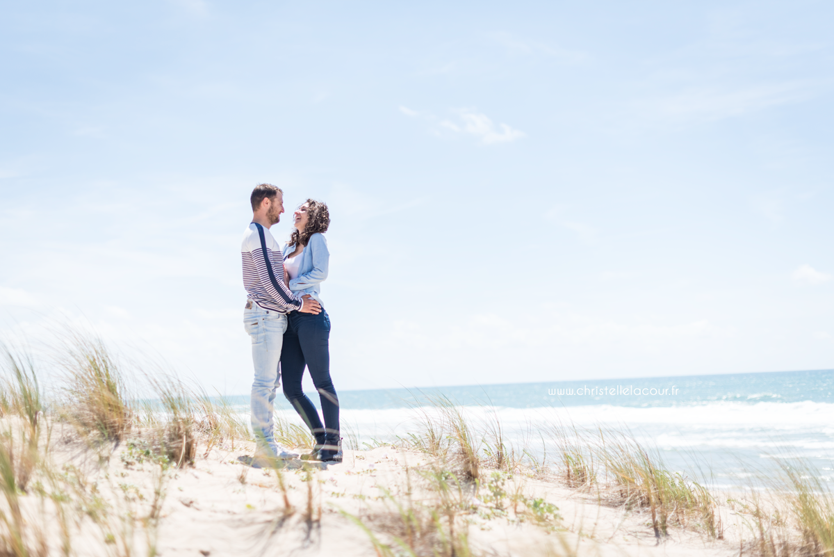 Eclats de rire entre amoureux lors de leur séance photo en amoureux sur les dunes de Lacanau
