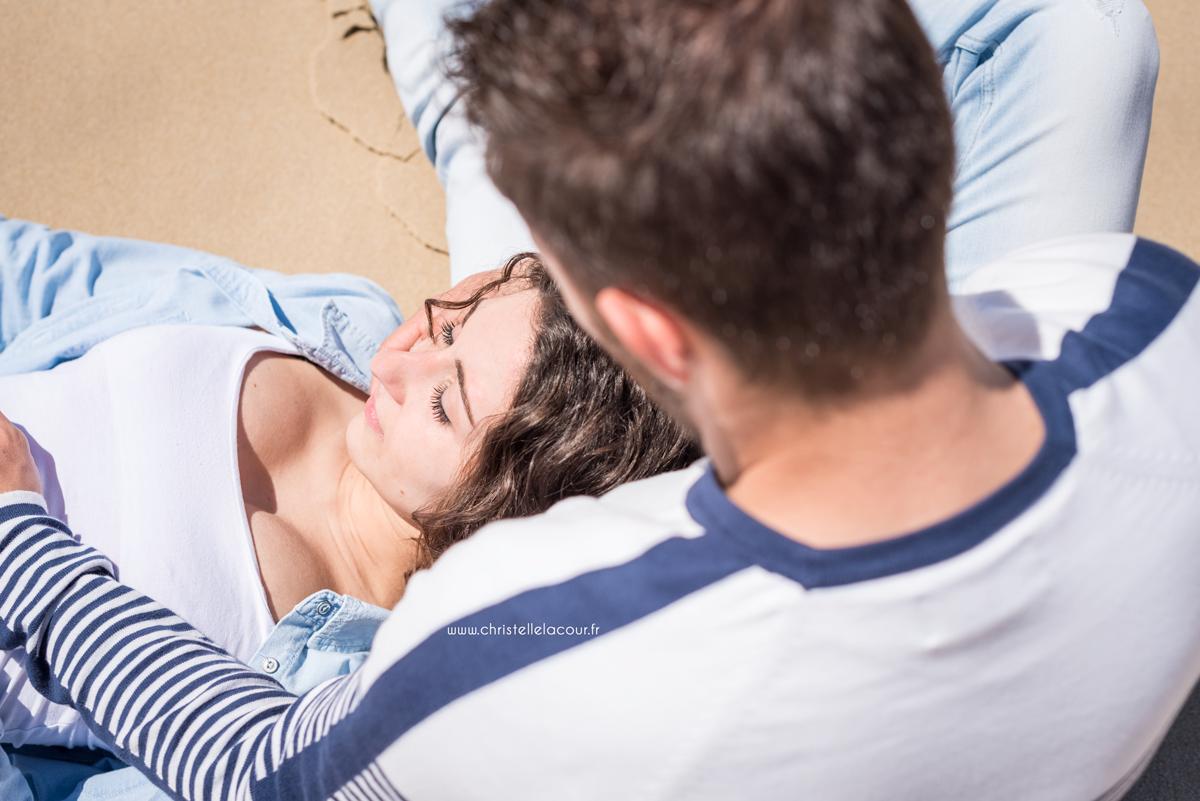 Pause douceur pour ces amoureux allongés sur le sable d'une plage de l'Atlantique