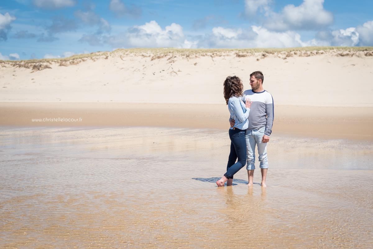 Photographe love session sur les plages de Lacanau en Gironde