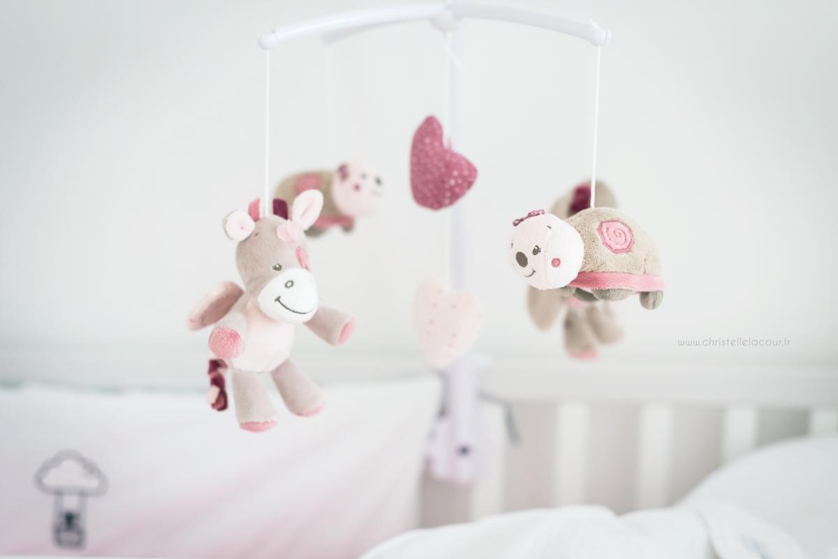 Photo mobile de chambre de bébé fille blanche et rose à Toulouse