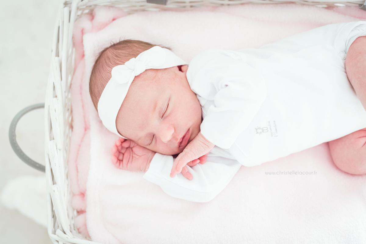 Photographe naissance à domicile à Toulouse, bébé endormi dans un panier