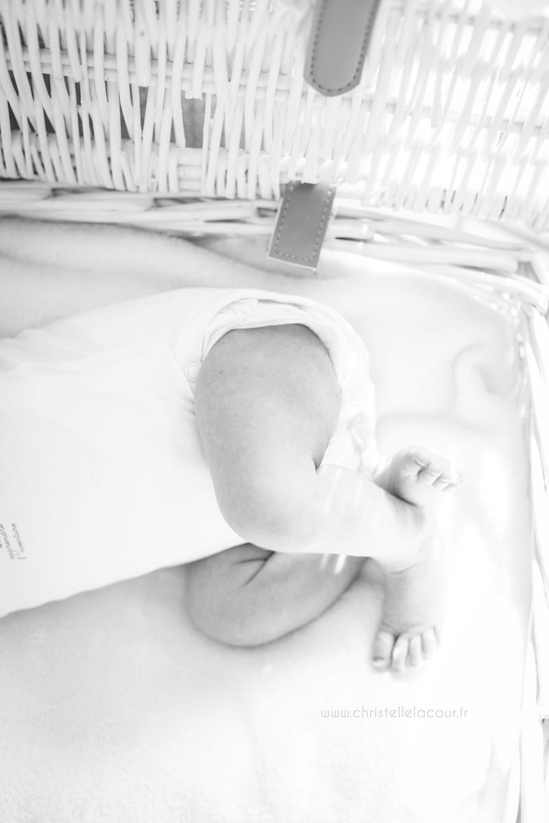 Photographe nouveau-né à domicile à Toulouse, petites jambes de bébé croisées