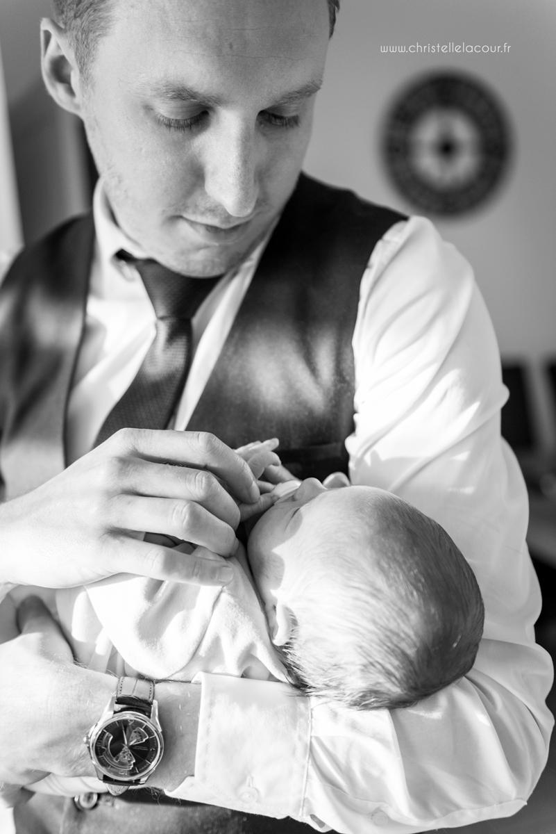 Photo nouveau-né à domicile, promenade dans les bras de papa