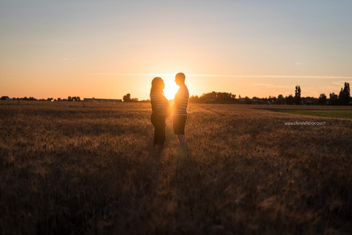 Séance grossesse dans les champs | Elise