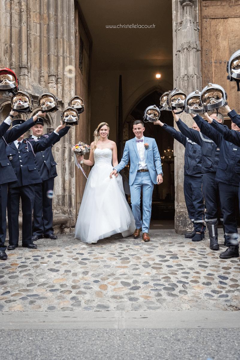 Photographe de mariage à Toulouse, la sortie de l'église sous la haie d'honneur des pompiers