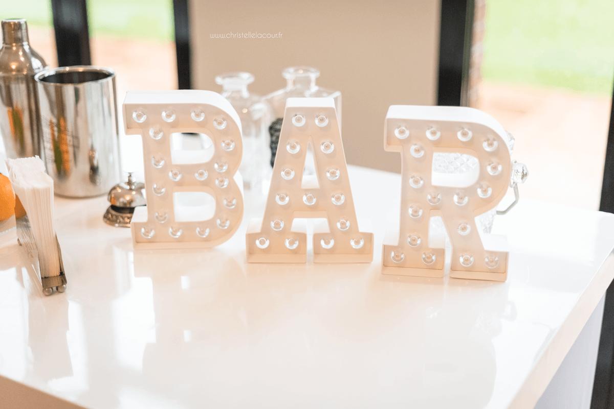 Photographe de mariage à Toulouse au Domaine Beausoleil, la décoration du bar pour la soirée