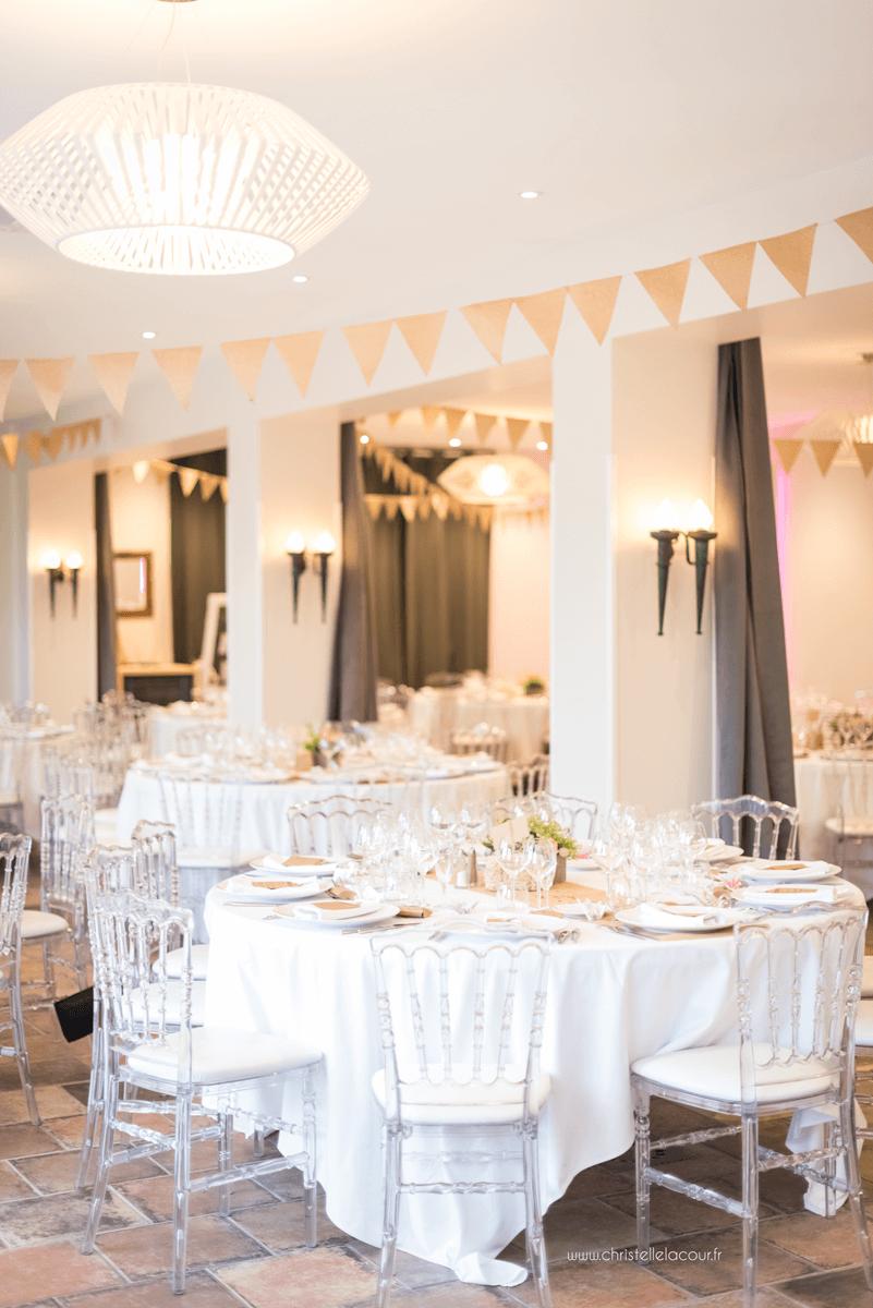 Photographe de mariage à Toulouse au Domaine Beausoleil, la magnifique décoration champêtre en jute de la salle du repas