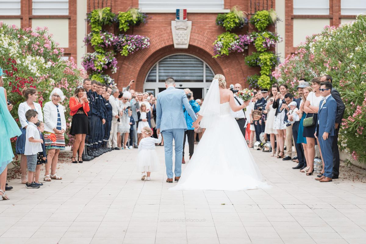 Photographe de mariage à Toulouse au Domaine Beausoleil, l'arrivée des mariés en famille à la mairie