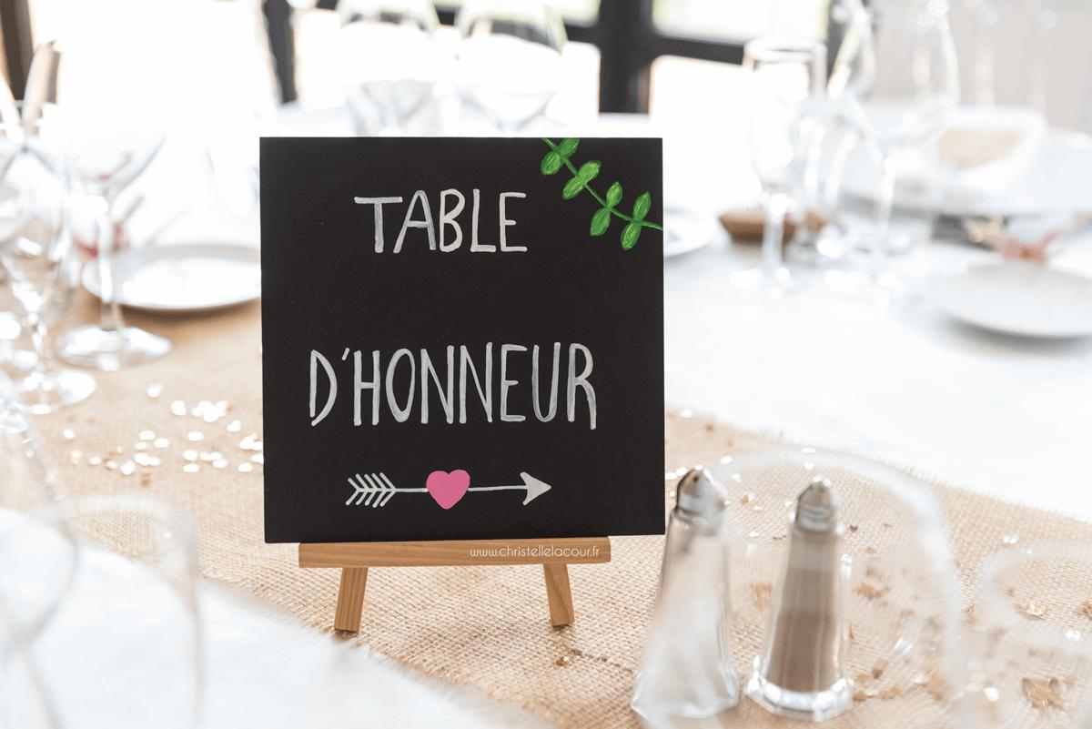 Photographe de mariage à Toulouse au Domaine Beausoleil, tableau en ardoise pour la table d'honneur, décoration champêtre en toile de jute