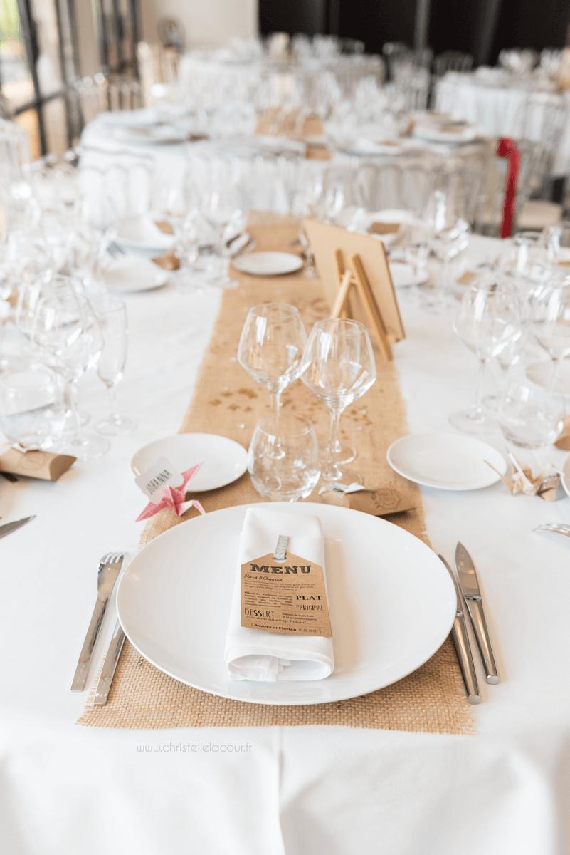 Photographe de mariage à Toulouse au Domaine Beausoleil, la décoration champêtre des tables, en kraft, toile de jute et origami