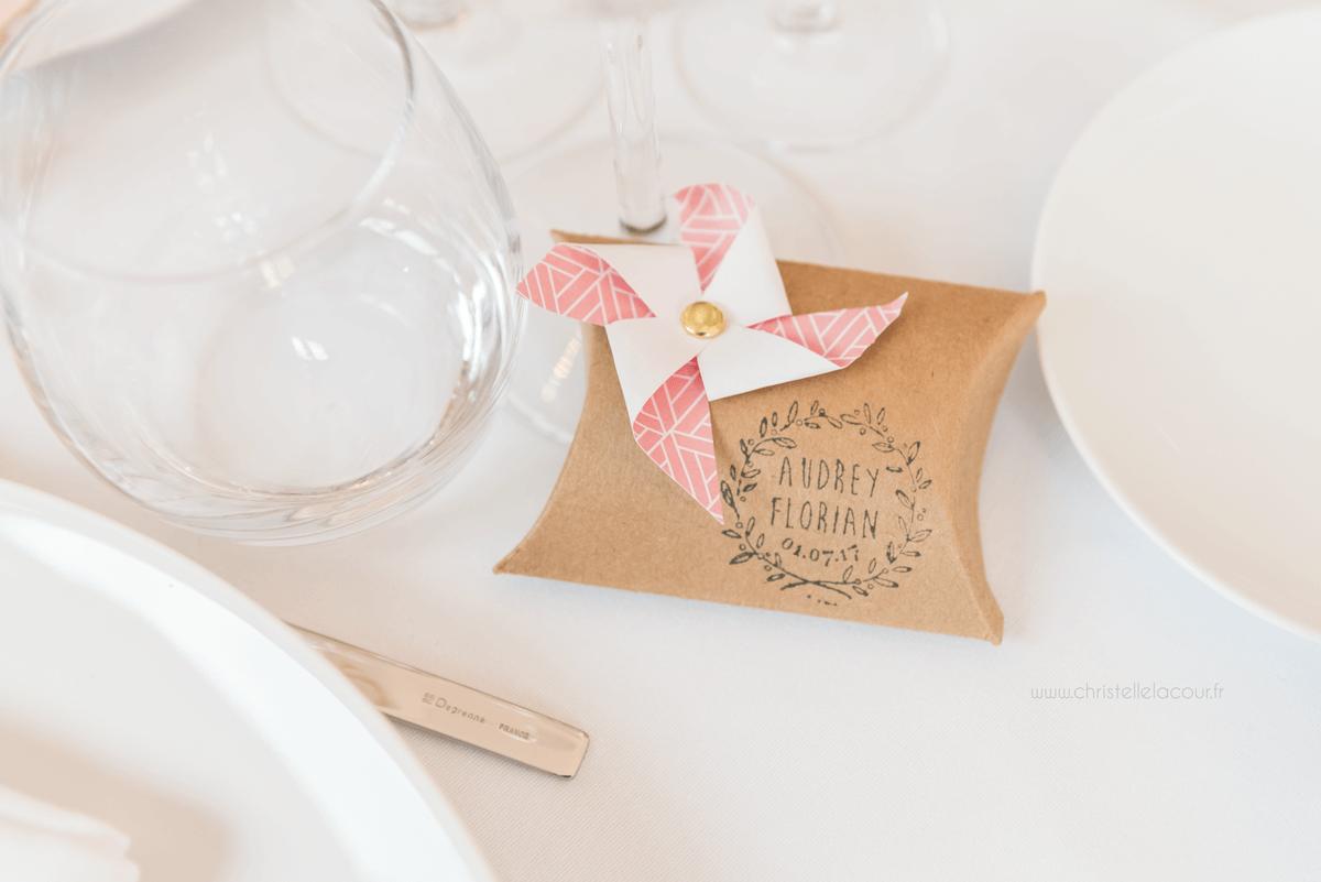 Photographe de mariage à Toulouse au Domaine Beausoleil, les cadeaux des invités, petit paquet cartonné et moulin en origami vert d'eau et rose