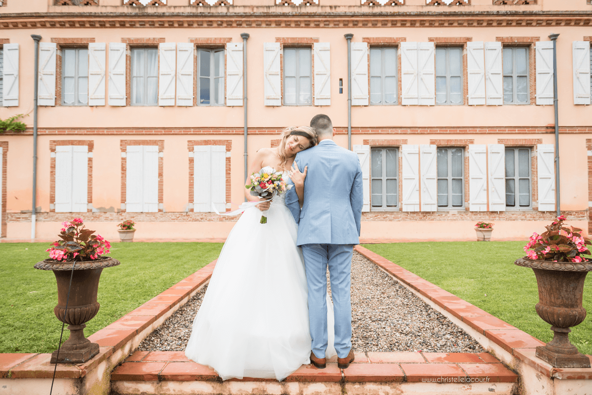 Photographe de mariage à Toulouse au Domaine Beausoleil, la séance de couple dans le parc du domaine, pause tendresse devant le château