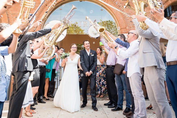 Mariage sur le thème de la musique à Toulouse - sortie de la mairie - Christelle Lacour Photographe
