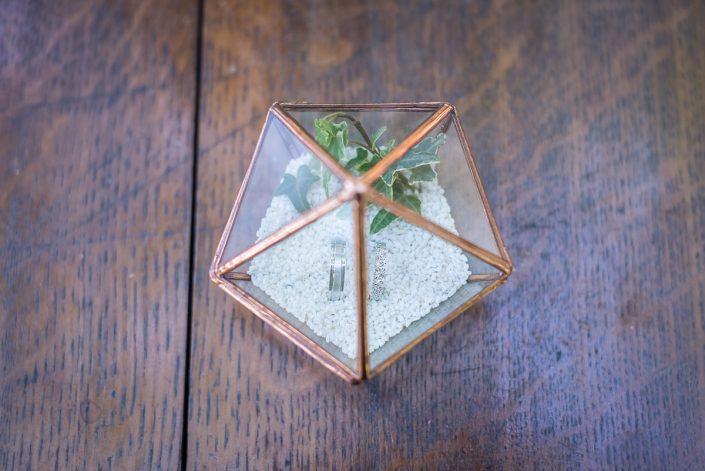Les alliances des mariés dans leur magnifique boîte en verre, Christelle Lacour Photographe