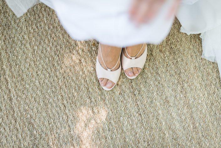 Les chaussures rose nude de la mariée, préparatifs dans les bois, Christelle Lacour Photographe