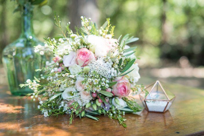Le bouquet champêtre de la mariée et la boîte à alliances en verre, préparatifs dans les bois dans le Tarn, Christelle Lacour Photographe