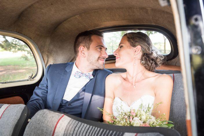 Départ des mariés en traction, mariage champêtre au Château La Guiraude à Lavaur dans le Tarn, Christelle Lacour Photographe