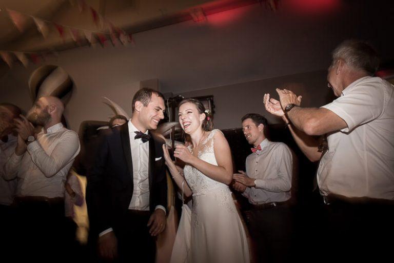 Photographe de mariage pendant la soirée