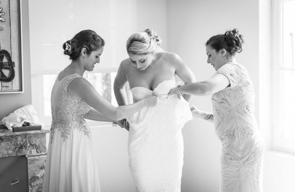 Habillage de la mariée dans sa robe Cymbeline au Manoir du Prince
