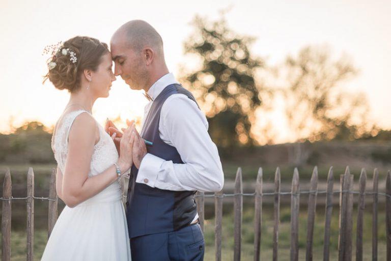 Photo des mariés au coucher de soleil en Gironde