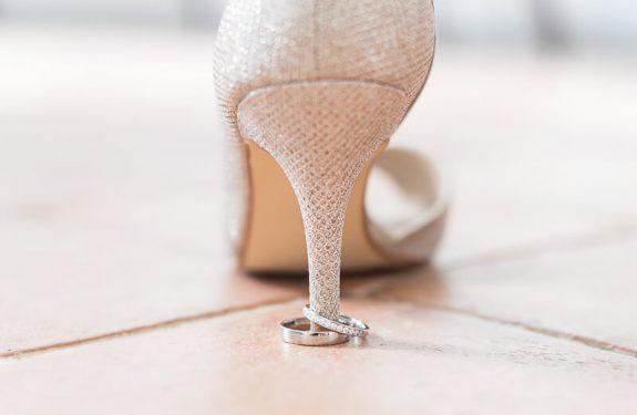 Les chaussures à paillettes de la mariée