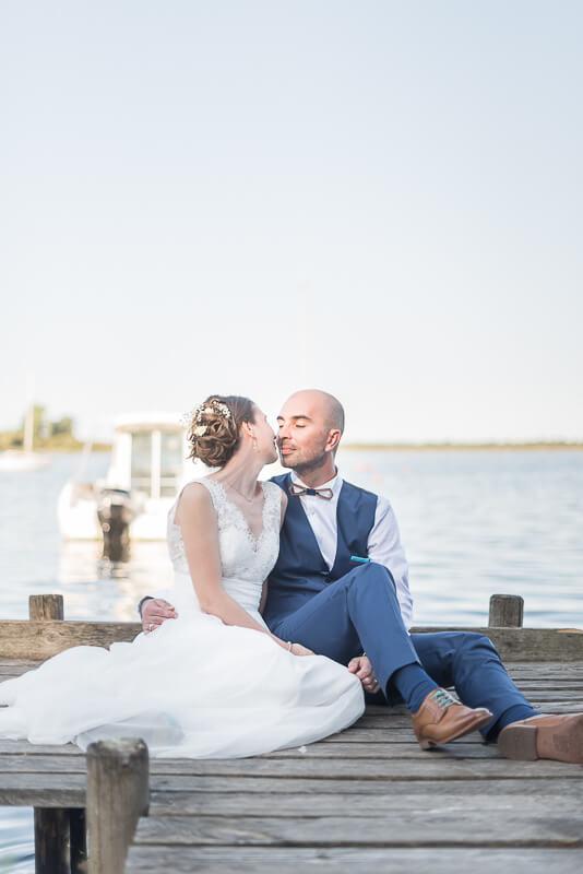 Photographe de mariage au bord de la mer sur la côte atlantique