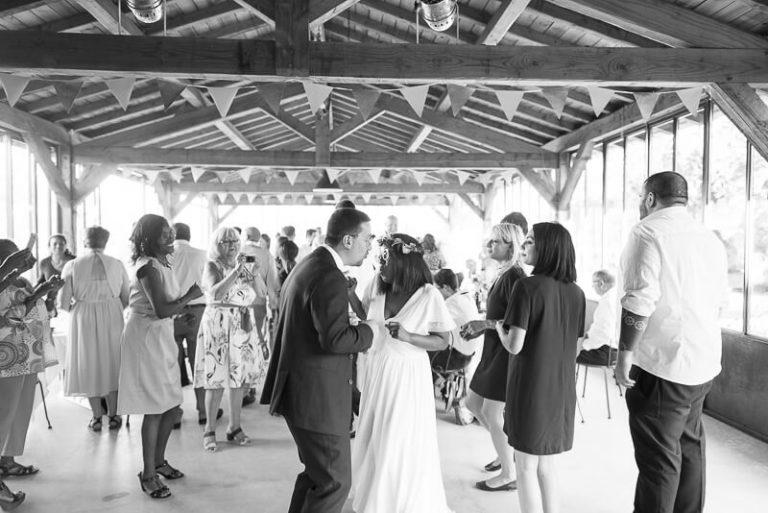 Entrée des mariés en musique dans la salle au Moulin de Nartaud