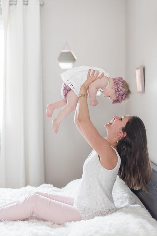 Photo de moment de complicité mère et bébé fille à Toulouse