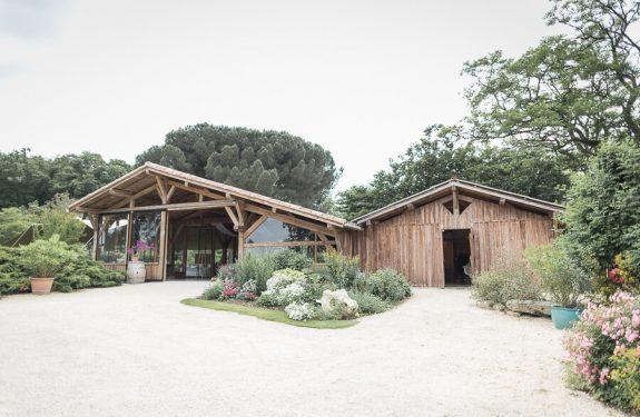 Mariage dans une grange : les Jardins de Coursiana, grange en bois et verre