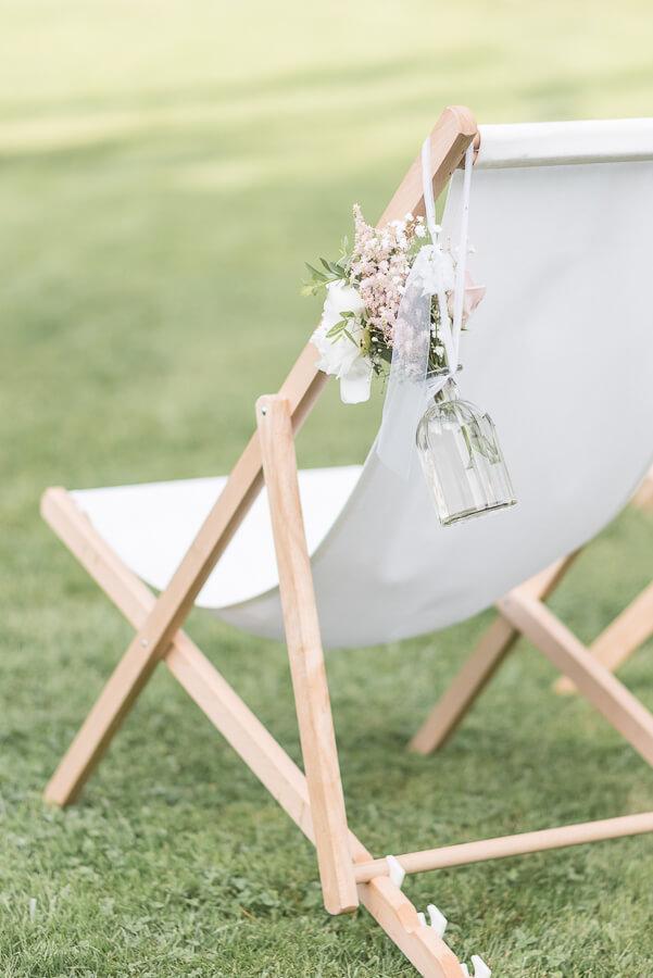 Se marier dans une grange : les Jardins de Coursiana, chill on the grass